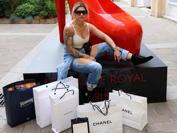 Dani Souza posta foto com sacolas de grifes em dia de compras