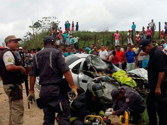 Colisão entre carro e ônibus deixa 3 irmãos mortos na BR-330