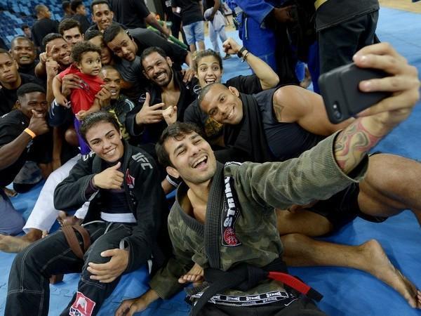 Lutadores do UFC dão aula para crianças de projetos sociais