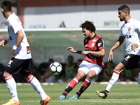 Time ofensivo não funciona e Vitória vence o Flamengo na Ilha