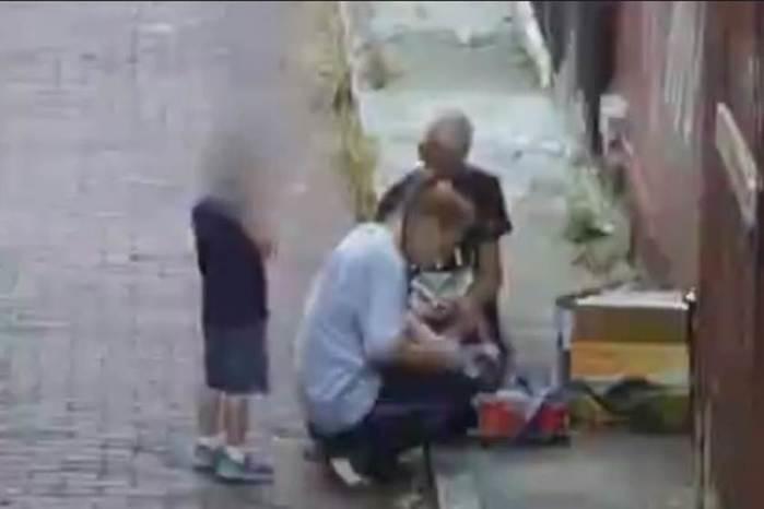 Mãe é flagrada injetando heroína na frente do filho de quatro anos