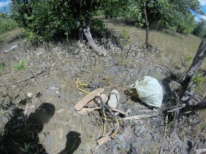 Pertences das vítimas encontrados perto de mangue onde foram executadas (Crédito: Reprodução)
