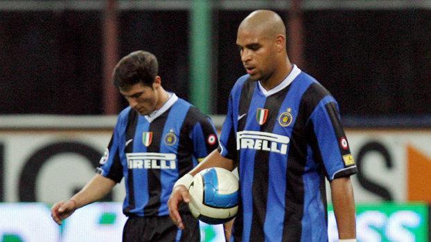 Javier Zanetti e Adriano durante partida da Inter de Milão em 2007 (Crédito: Reprodução)