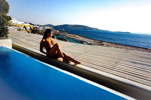 Simaria da dupla com Simone curte férias em hotel luxuoso