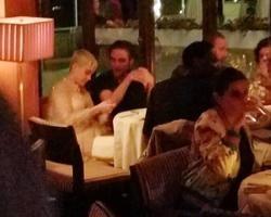 Katy Perry e Robert Pattinson são vistos juntos em jantar em L.A