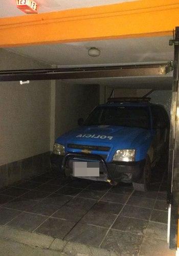 Viatura na garagem do motel (Crédito: Reprodução)