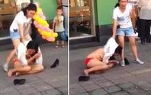 Amante é humilhada e fica seminua enquanto é arrastada pela rua