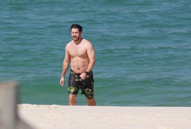 Murilo Benício na praia  (Crédito:  AgNews)