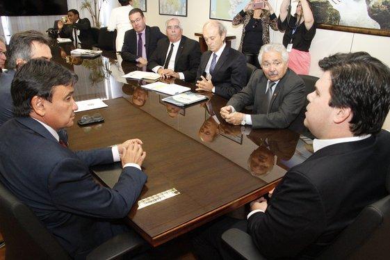 Governador em reunião com o ministro de Minas e Energia (Crédito: André Oliveira)