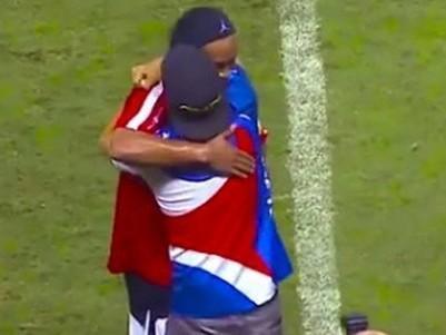 Ronaldinho Gaúcho 'dribla' sem querer fã que invadiu gramado; vídeo