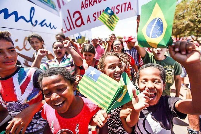Crianças comemoram chegada de Lula em Marcolândia (Crédito: Mídia Ninja)