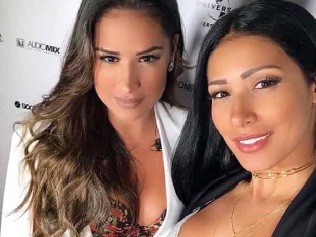 Simone e Simaria fazem selfie exibindo decotes antes de show