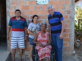 Prefeito distribuiu cadeiras de rodas para pessoas carentes