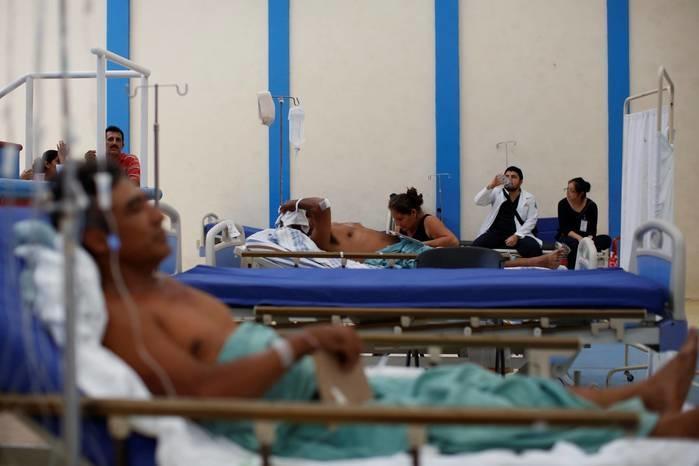 Feridos pelo terremoto são atendidos em quadra de basquete improvisada como hospital de emergência  (Crédito: Reuters)