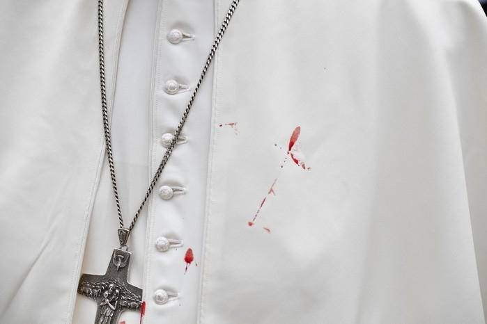 Batina do Papa ficou manchada de sangue (Crédito: Reuters)