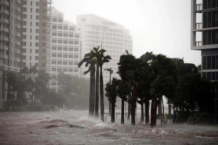 Água subiu até a calçada no centro de Miami, enquanto o furacão Irma chega no sul da Flórida (Crédito: Reuters)