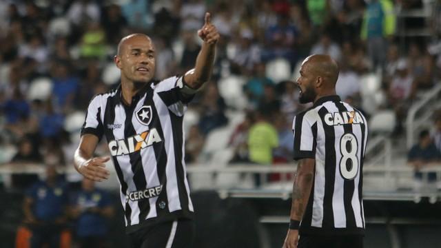 Com dois de Roger, Botafogo bate Flamengo e encerra jejum