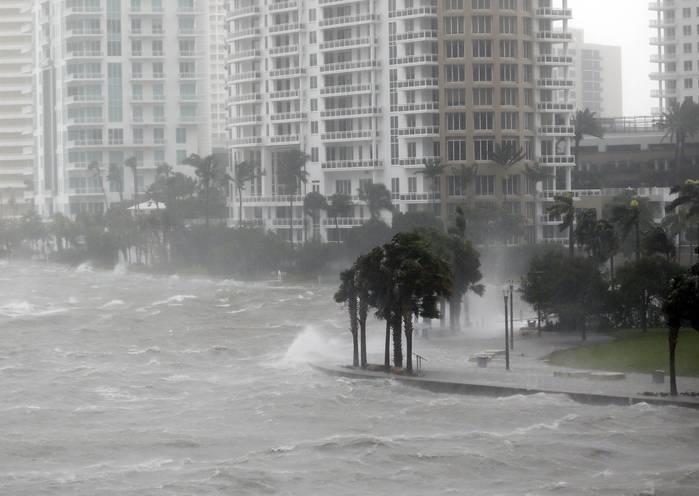 Fortes ondas atingem a Baía de Biscayne, na Flórida  (Crédito: AP Photo)