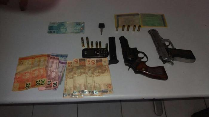 Material apreendido com os dois suspeitos (Crédito: Polícia Militar)