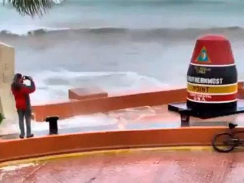 Rapaz tira selfie na passagem de furacão e quase é levado pelo mar