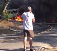 Moto do ator Marco Pigossi fica presa perto de van em chamas