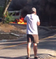 Marco Pigossi vai almoçar e moto fica presa perto de van em chamas