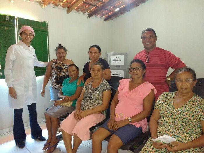 A responsável técnica pelo programa, Juliana Veloso, fez a entrega das próteses