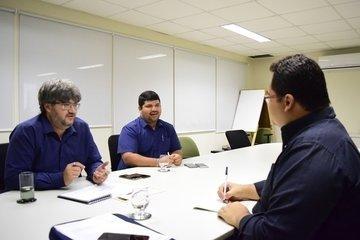 Reunião para tratar sobre desenvolvimento de aplicativo de celular (Crédito: Valciãn Calixto)