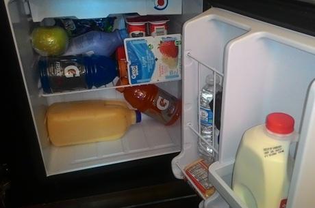 Brasileira lota frigobar de hotel impedida de sair do local
