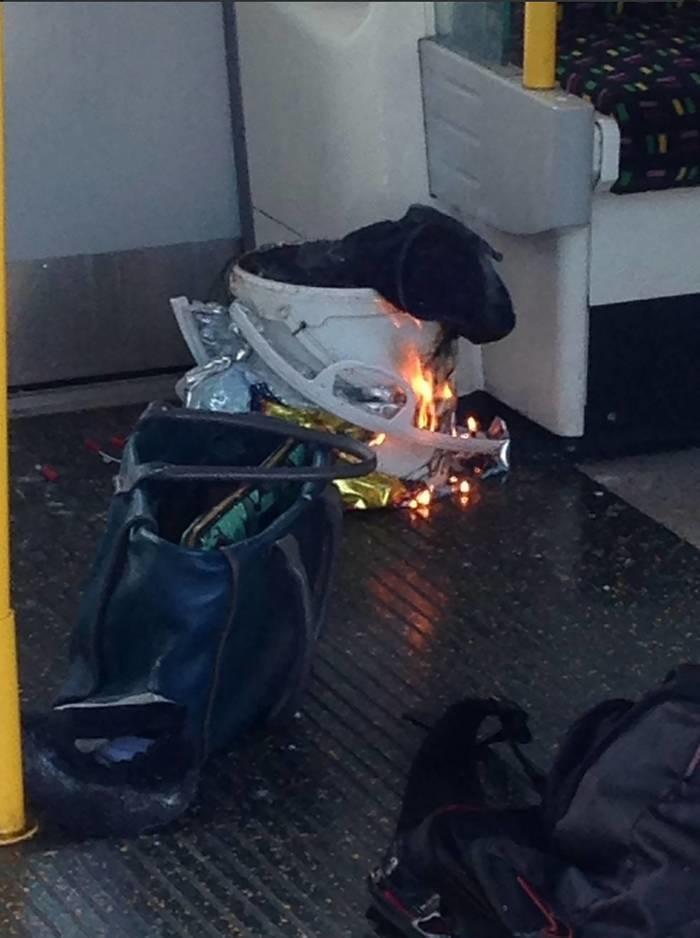 Foto do artefato que explodiu no metrô londrino (Crédito: AFP)