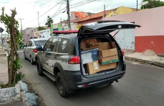 Material apreendido com dupla acusada de usar internet clandestina no Maranhão (Crédito: TV Mirante)