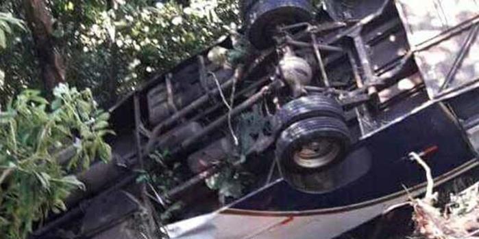 Micro-ônibus despenca em ribanceira e deixa 4 mortos em São Paulo