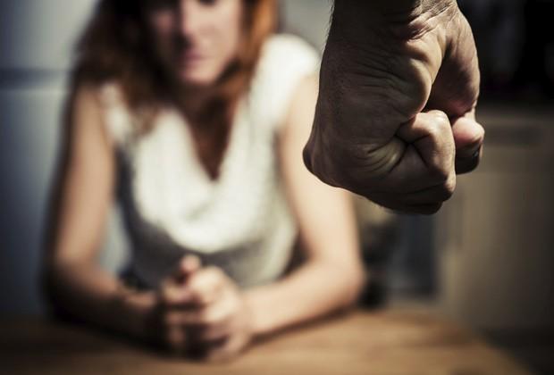 Juiz inocenta pai que espancou filha por perder a virgindade (Crédito: Imagem Ilustrativa)