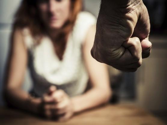 Juiz inocenta pai que espancou filha por perder a virgindade