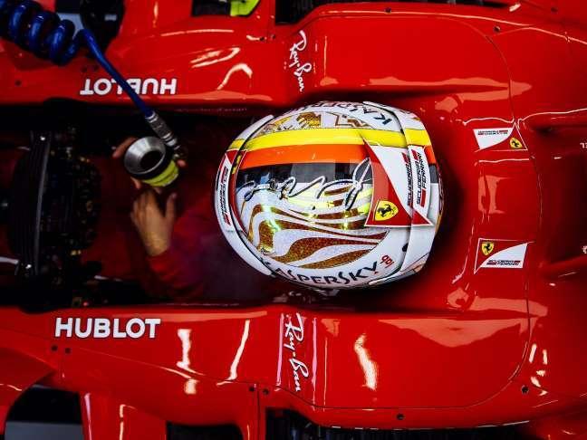 """Vettel coloca Ferrari """"onde deveria estar"""" com pole em Singapura"""