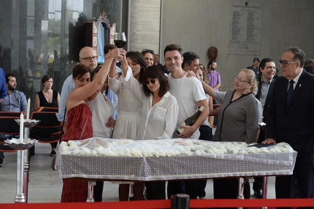 Velório de Marcelo Rezende tem brinde de familiares e emoção   (Crédito: AG News)