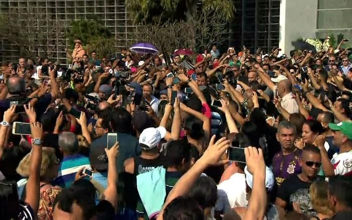Multidão acompanha saída de carro com o corpo de Marcelo Rezende da Assembleia Legislativa de São Paulo (Crédito: Globonews/Reprodução)