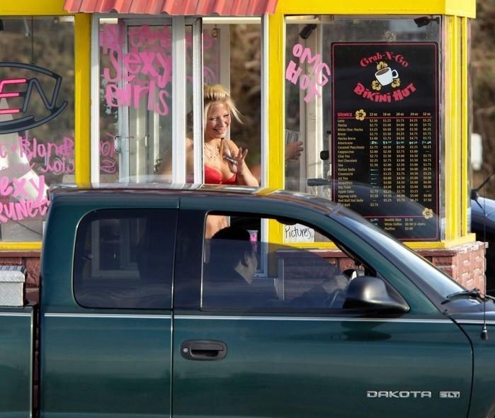 Bartenders vão à Justiça pelo direito de trabalhar de biquíni