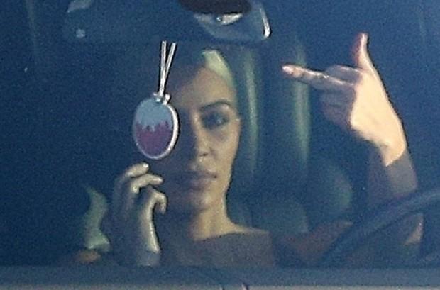 Ao volante, Kim não gostou de ser alvo das lentes dos paparazzi