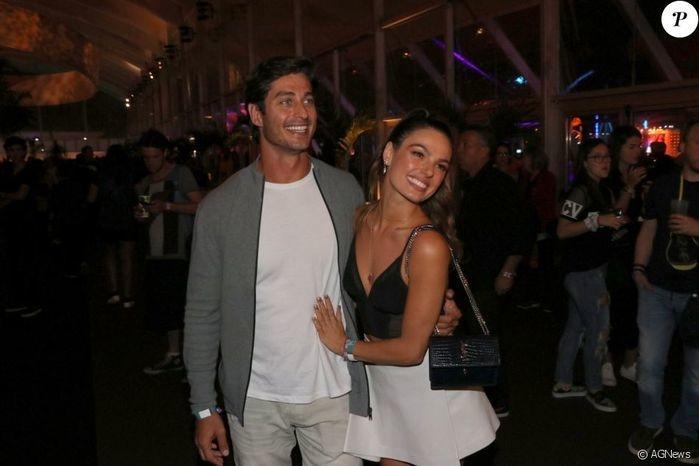 Isis Valverde abraça o namorado, o empresário André Resende (Crédito: Agência News)