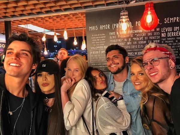 Gissoni com Yanna, amigos e o irmão Rodrigo Simas (Crédito: Reprodução/Instagram)