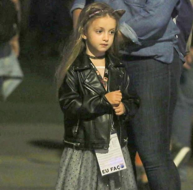 Com os irmãos, Eva aparece estilosa e rouba a cena em Festival  (Crédito: AG News)