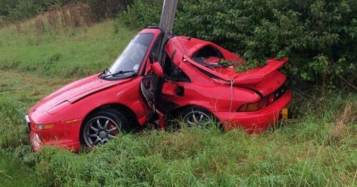 Veículo Toyota MR2 ficou destruído após o acidente (Crédito: witter(Bring A Trailer @Bringatrailer)