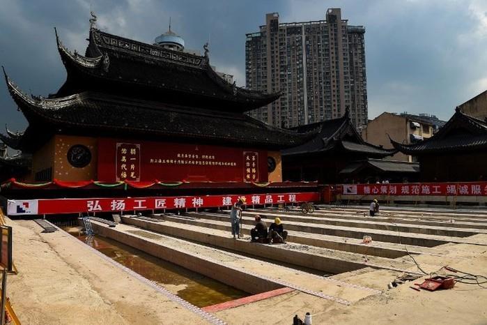Templo Buda de Jade, em imagem de 5 de setembro, que mostra trabalho para deslocar a estrutura de Xangai, na China  (Crédito: AFP)