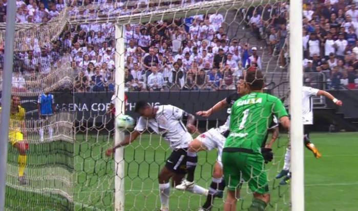 Jô marcou com o braço o gol da vitória do Corinthians (Crédito: Reprodução )
