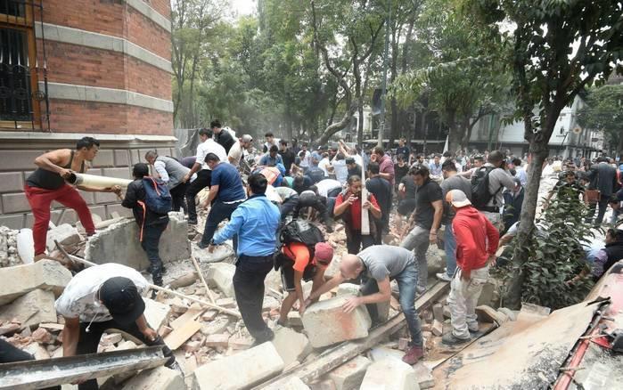 Moradores removem destroços de edifício danificado após terremoto atingir a Cidade do México nesta terça-feira, 19 de setembro de 2017 (Crédito: Reuters)