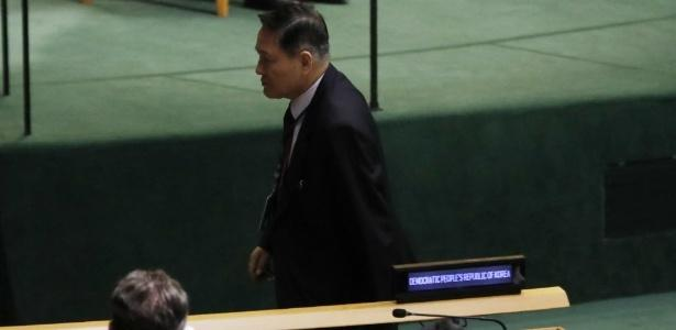 O embaixador da Coreia do Norte, Ja Song Nam, deixou o recinto minutos antes de Trump começar a falar. (Crédito: Shannon Stapleton/Reuters)