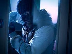 Ao tentar assaltar edifício, ladrão fica preso e chama a polícia