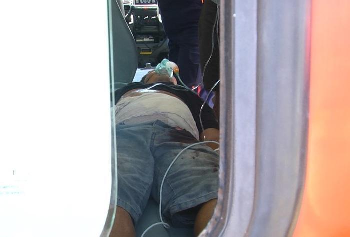 Vítima dentro da ambulância.  (Crédito: Kairo Amaral)