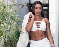 Gracyanne Barbosa exibe corpo impecável e barriga sequinha